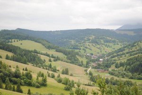 Malá Franková leží v úzkom údolí. Lyžiarsky vlek by mal vzniknúť na kopci napravo nad dedinou.