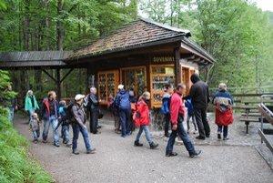 Návštevníci. Do jaskyne ich v daždi prúdia davy.
