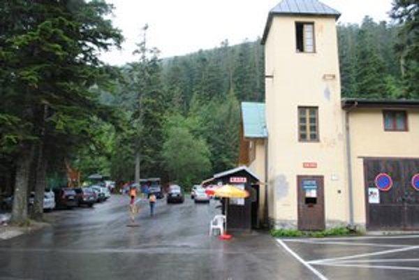Mestské parkovisko v Tatranskej Kotline. Pred niekoľkými rokmi tam stáli murované toalety, neskôr ich nahradili prenosné. V súčasnosti tam nie sú žiadne.