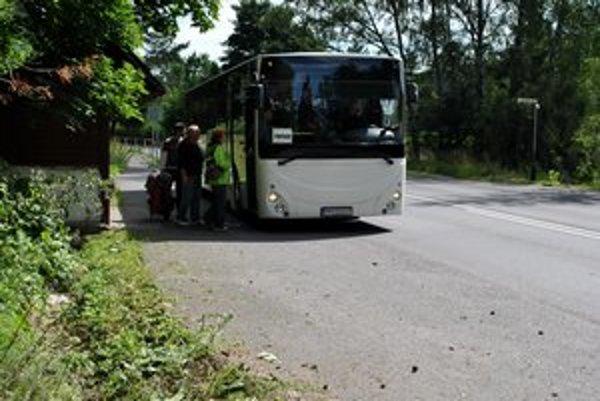 Zastávka na Kvetnici. Popoludní tu nastupovalo do autobusu asi desať ľudí.