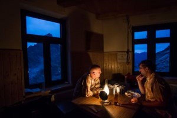 Večer na vysokohorskej chate má nenapodobiteľné čaro.