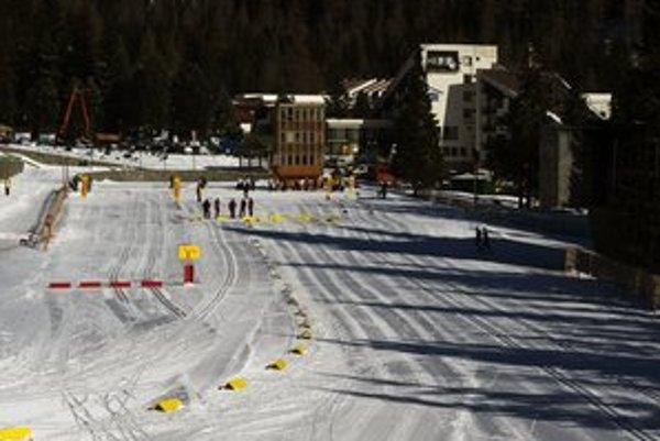 Štrbské pleso. Jeden zo skibusov bude voziť lyžiarov do tohto strediska.