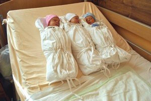 Vaneska, Nelka a Matúško. Súrodenci sú už doma a teší sa z nich celá rodina.