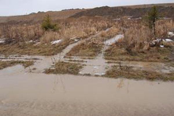 Všade samá voda. Takto sa valí z polí a štátnej cesty.