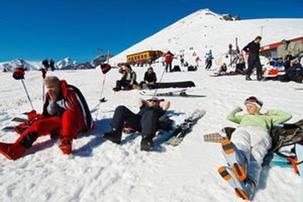Jarná lyžovačka v Tatrách je už spojená väčšinou aj s opaľovaním.