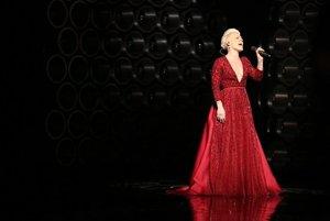 Speváčka Pink počas vystúpenia na udeľovaní Oscarov v Dolby Theatre.