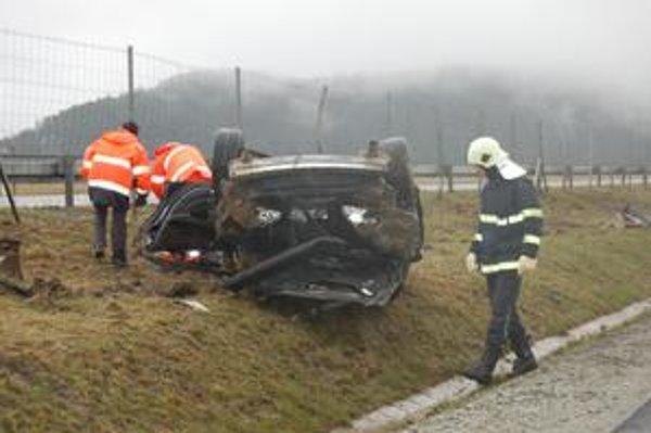 Zakliate miesto. Včera aj predvčerom havarovali na tom istom mieste v rovnakom čase podobným spôsobom dve autá. Spolujazdec z tohto havarovaného vraku sa pri nehode veľmi ťažko zranil.