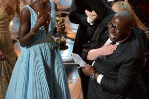 Lupita Nyong (vľavo) oslavuje s režisérom Stevom McQueenom (v predu) ocenenie za najlepší film - 12 rokov otrokom.