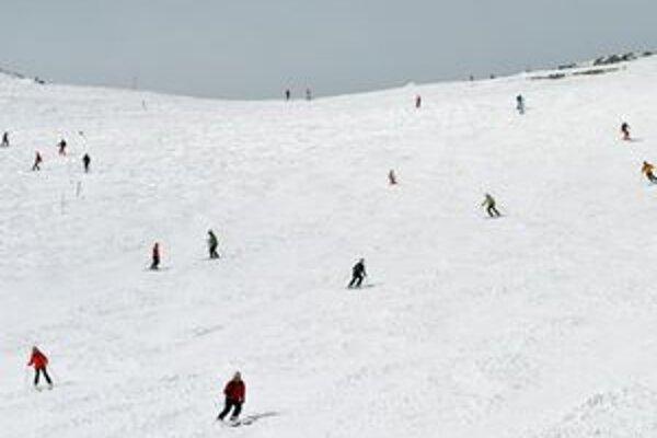 Lomnické sedlo. Tu a na Štrbskom Plese sa cez víkend dá ešte stále lyžovať. Dokedy presne, záleží od počasia.