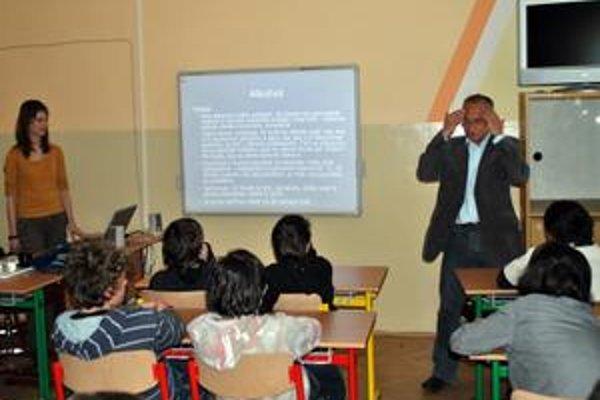 S deťmi to vie. Deti označili Okruhlicove prednášky za opak nudnosti. Väčšie ocenenie si od školákov ťažko predstaviť.