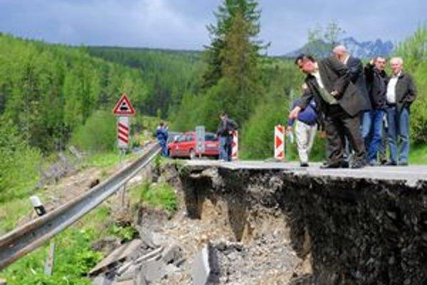 Zosunutá časť cesty medzi Vyšnými Hágmi a Štrbským Plesom. Podľa odborníkov nemusí byť tento zosun posledný.