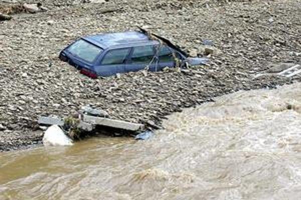Pomôže krízový štáb? Toto auto ostalo doslova zabetónované v štrku. Majiteľ nemá dosť peňazí ani síl ho odtiaľ dostať.