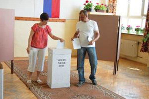 Dana Koščáková a Jozef Koščák. Manželia z Lendaku sú už tretie volebné obdobie verní jednej politickej strane, ktorá ich nesklamala. Veria, že sa budú mať lepšie, ako doteraz. Podľa nich za posledné obdobie klesla úroveň.