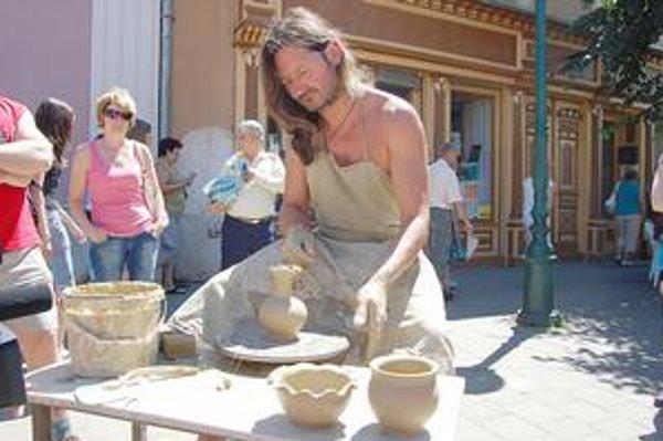 Pred zrakmi ľudí vyrábal hrnčiar výrobky zhliny.