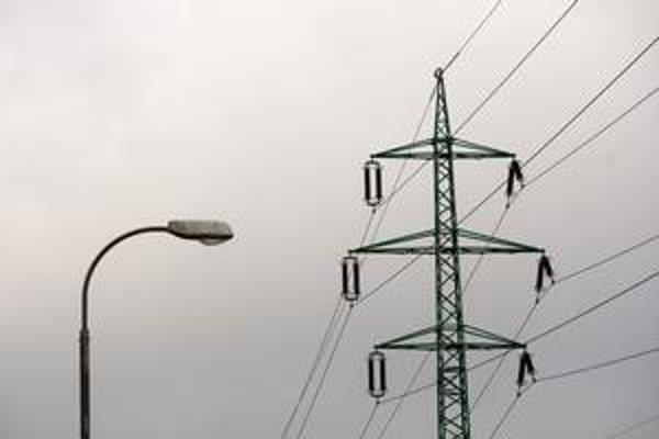 Po búrke bez elektriny. V nedeľu a pondelok ostali bez prúdu tisícky domácností.