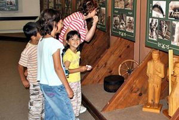 Pohľad do minulosti. Šmihelovcov, malých aj veľkých, výstava o dreve nadchla.