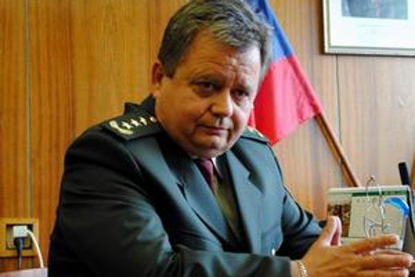 Policajný šéf. Jozef Seman hovorí, že v pracovných veciach naňho ženský šarm nezaberá.
