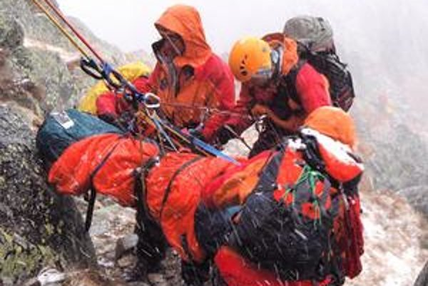 O druhej popoludní začalo snežiť a ochladilo sa. Záchranári aj v nečase museli riešiť transport raneného Mariusza.