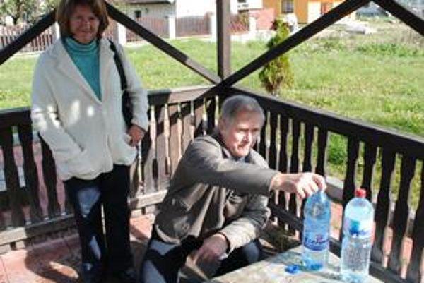 K prameňom chodia pravidelne. Veronika a Miroslav Eštokovci na gánovskú vodu nedajú dopustiť. Rešpektujú hygienikov a pijú len odporúčané dávky.