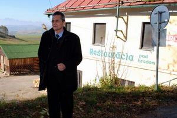 Historik. Miroslav Števík vyhľadal dokumenty o liehovare, ktorý sa nachádzal v budove v pozadí.