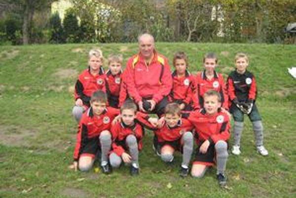 FAM Poprad dosahuje neustále skvelé výsledky doma i v zahraničí. Prezident a tréner FAM Poprad Milan Molnár je veľkým zanietencom futbalovej mládeže.