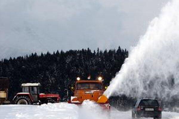 Lendak odrezaný od sveta. Pre snehové jazyky sa v škole v Lendaku nevyučovalo. Po pondelkovej pauze už včera všetko bežalo naplno.