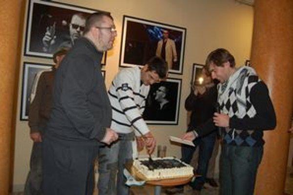 Richard Muller. Na vernisáži krájal tortu, kde bola zobrazená jedna z jeho tvári na fotke.