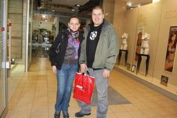 Róbert s Katarínou. Nadšencami výpredajov nie sú, no domov išli so štyrmi zlacnenými odevmi.