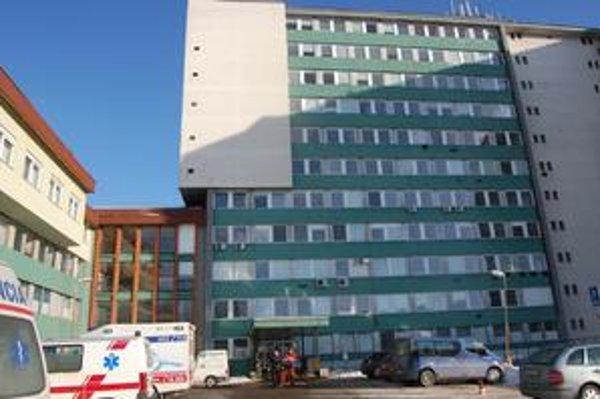Nepomohla ani lekárska pomoc. Ťažko zraneného previezla záchranka do nemocnice v Poprade. Tu napokon skonal.