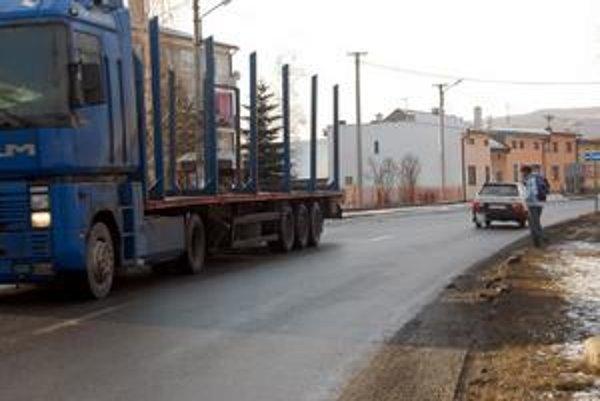Problematická cesta. Mladík sa po prejdení kamióna doslova prehnal vozovkou. Ľudia takto často riskujú, nie každý využíva priechod. Aj preto by mali byť vodiči opatrnejší.