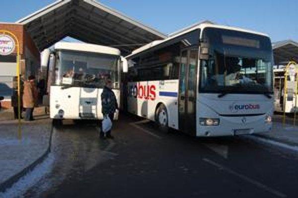 Priúzko. Šoféri si ťažkajú, že priestor medzi autobusmi je priúzky a malý.