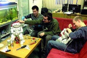U nás v labe. Kolegovia sa snažia opraviť roboty.