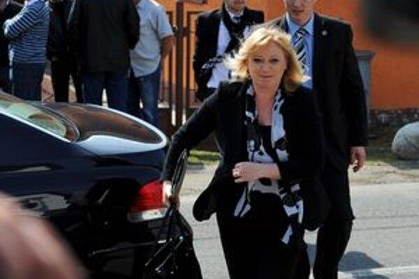 Premiérka prichádza na rokovanie vlády v Štrbe.