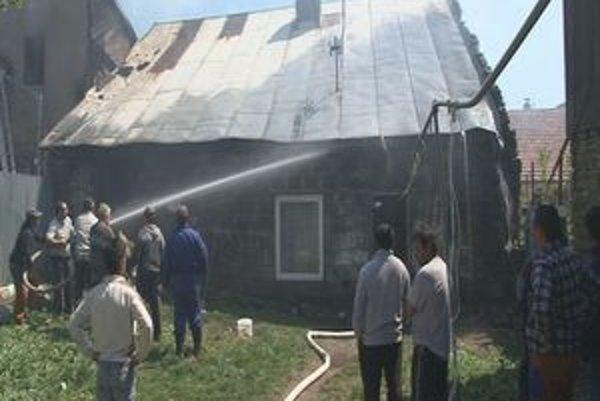 Dobrovoľní hasiči. Začali hasiť pár minút po nahlásení požiaru.