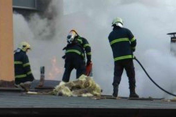 Hasiči sa museli popasovať s plameňmi aj hustým dymom. Hrozilo, že sa pod nimi prepadne prehorená strecha.