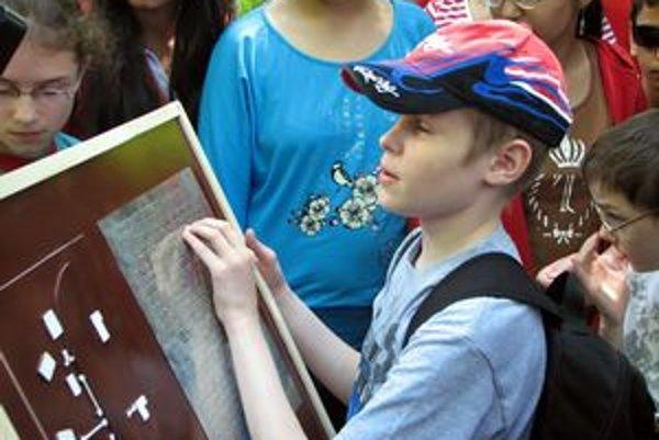 Pomocou vodiacej lišty, makiet objektov a textov v Braillovom písme sa môžu nevidiaci oboznámiť s exponátmi skanzenu.