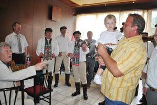 Najmladšia Laura. Na rodinnom stretnutí vystúpil aj folklórny súbor z Vernára. Učaroval i Laure, najmladšej členke rodu Ondrušovcov.