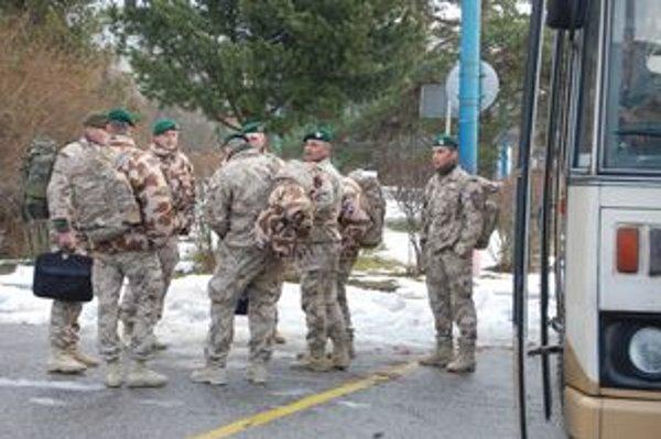 Vojaci z misie. Po návrate sa presúvajú na liečenie.