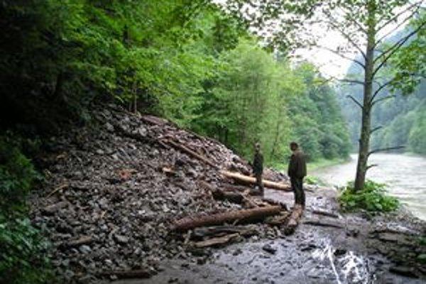 Kamenná lavína úplne zatarasila chodník pri Dunajci.