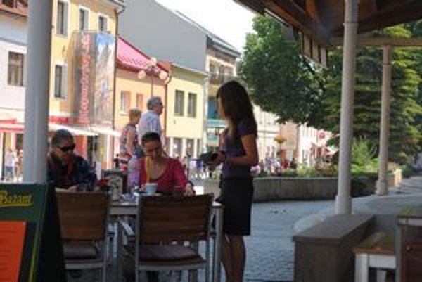 V reštaurácii sa dávajú vyššie tringelty ako v kaviarni.