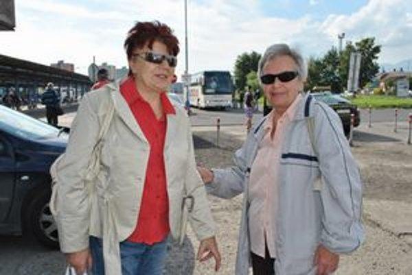 Dôchodkyne Margita Forkovičková (vpravo) so svojou sestrou svorne tvrdia, že na prudké zvyšovanie cestovného ich kompetentní majú pripraviť postupne, nie naraz.