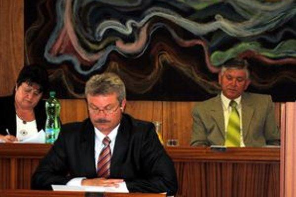 Vedenie mesta. Po upozornení prokurátora chybu priznalo aj pred mestským zastupiteľstvom. V popredí primátor Michal Biganič, vpravo prednosta Anton Karniš, vľavo hlavná kontrolórka Marta Oravcová.