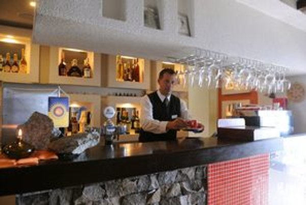 Turisti chcú mať teplo aj v kaviarni Dedo na Lomnickom štíte.