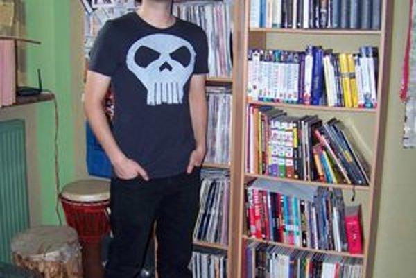 Zberateľ a jeho knižnica. Tomáš Kriššák sa s radosťou delí o svoje kreslené príbehy.