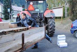 Rozvoz tovaru. V Mníšku dovážali potraviny traktorom.