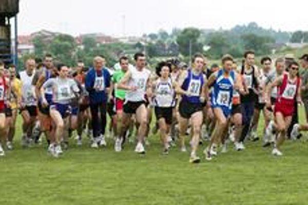 Štart pretekov. V Hôrke sa zišla slušná konkurencia bežcov.