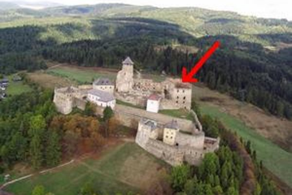 Hrad Ľubovňa. Šípka ukazuje na renesančný palác.