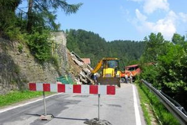 Takmer päťdňovú odstávku spôsobil spadnutý oporný múr popri vozovke.