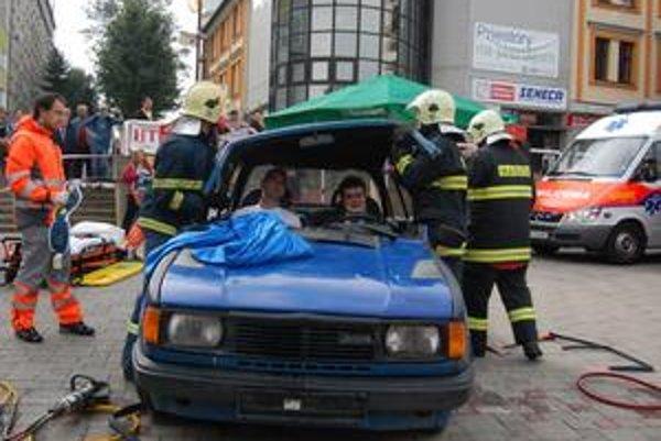 Popradskí hasiči. Vystrihávali mladíkov zo škodovky.