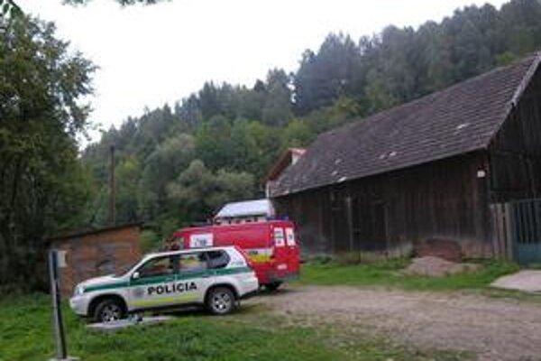 Blízko miesta. K mŕtvole museli policajti i hasiči prejsť pešo niekoľko stoviek metrov smerom k lesu.